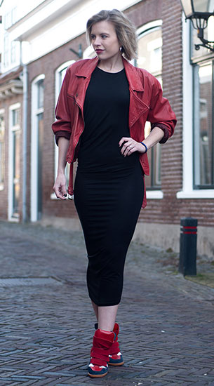 เดรสยาว สีดำ H&M, รองเท้าผ้าใบ Isabel Marant Bekket, แจ็คเก็ตหนังสีแดง Vintage