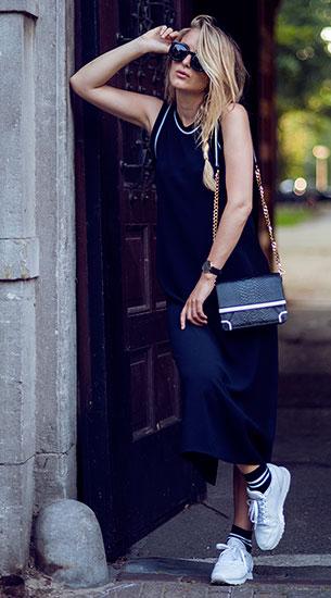 เดรสยาว สีน้ำเงิน Zara, รองเท้าผ้าใบ Reebok, ถุงเท้า Asos, กระเป๋า Alice & Olivia, แว่นตากันแดด Karen Walker