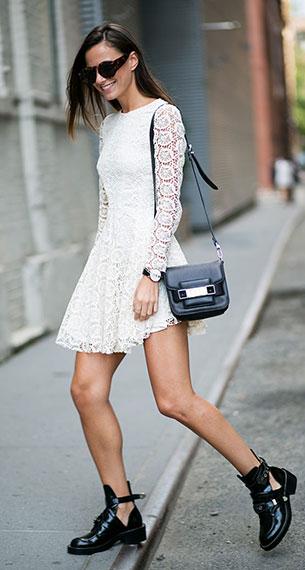 เดรสสั้น สีขาวลายลูกไม้ H&M, รองเท้าบู๊ทสีดำ Balenciaga, กระเป๋าสีดำ Proenza Schouler, แว่นตากันแดด Opening Ceremony