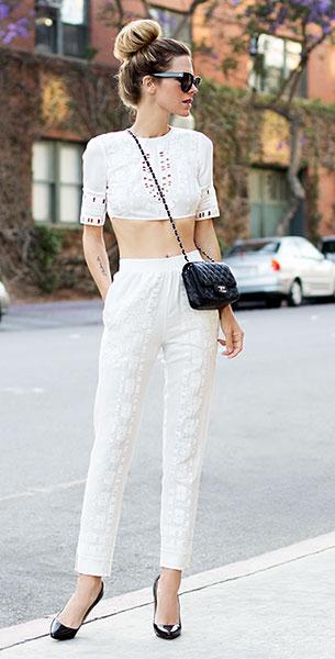 เสื้อครอปสีขาว BCBG, กางเกงสีขาว BCBG, รองเท้า Christian Louboutin, กระเป๋า Chanel, แว่นตากันแดด Celine