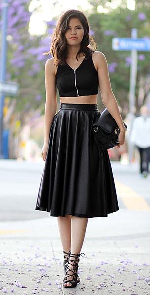 เสื้อครอปสีดำ Topshop, กระโปรงหนัง Chicwish, รองเท้า Windsor, กระเป๋า Proenza Schouler