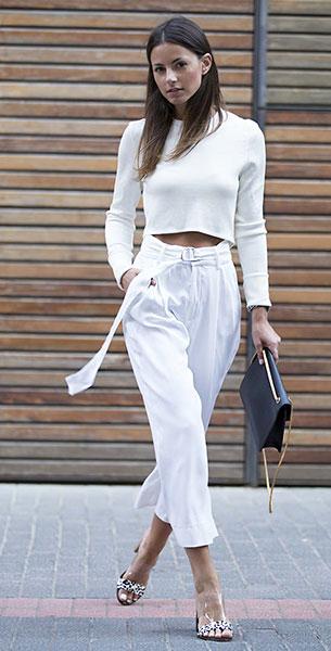 เสื้อครอปแขนยาวสีขาว Zara, กางเกงสีขาว Zara, รองเท้า Zara, กระเป๋า Saint Laurent