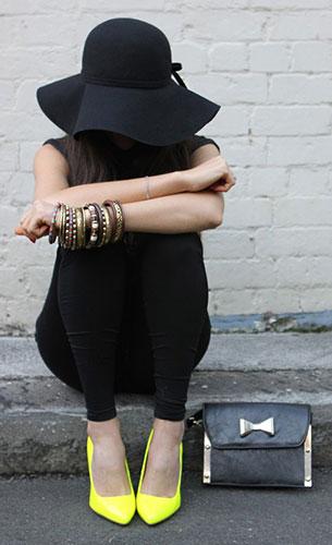 เสื้อดำ, กางเกงดำ, หมวกดำ, รองเท้าสีเหลืองนีออน