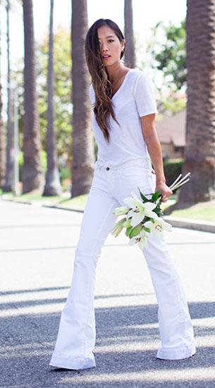 เสื้อยืดคอวีสีขาว ATM, กางเกงยีนส์ขาบานสีขาว J Brand