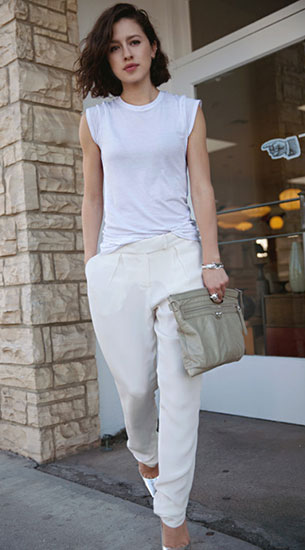 เสื้อยืดสีขาว Vince, กางเกงสีขาว Rebecca Taylor, รองเท้า Jimmy Choo, กระเป๋าคลัทช์ Balenciaga
