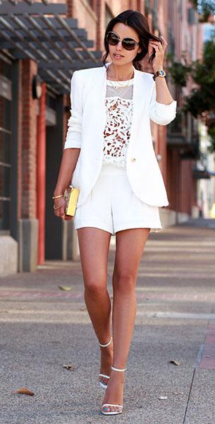 เสื้อลายลูกไม้สีขาว Cameo, เสื้อสูทสีขาว Helmut Lang, กางเกงขาสั้นสีขาว Trina Turk, รองเท้า Saint Laurent