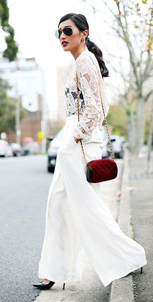 เสื้อลายลูกไม้สีขาว Zimmermann, กางเกงสีขาว Maurie & Eve, รองเท้าส้นสูง Christian Louboutin, กระเป๋า Vintage