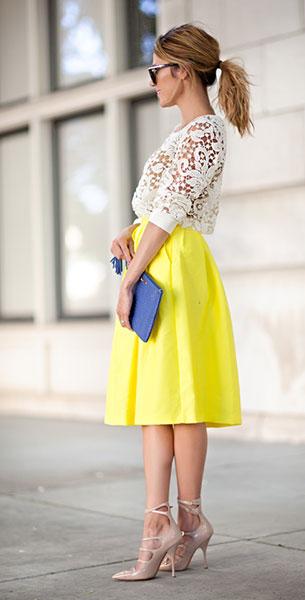 เสื้อลูกไม้สีขาว Chelsea28, เสื้อสายเดี่ยวสีนู้ด Forever 21, กระโปรงสีเหลือง Lucy Paris, รองเท้าส้นสูง Kurt Geiger