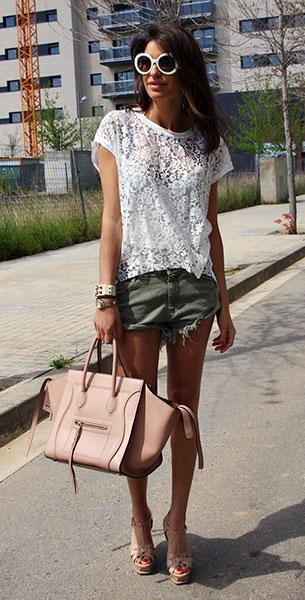 เสื้อลูกไม้สีขาว Konato, กางเกงยีนส์ขาสั้น Zara, รองเท้า Yves Saint Laurent, กระเป๋า Céline, แว่นตากันแดด Prada