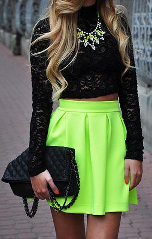 เสื้อลูกไม้สีดำ Topshop, กระโปรงสีเขียวนีออน Sabo Skirt, รองเท้า Zara, กระเป๋า Wallis