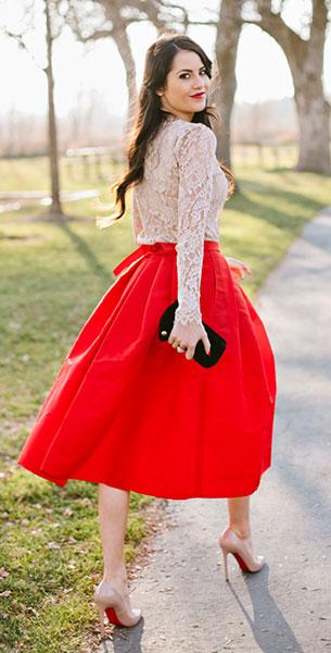 เสื้อลูกไม้สีเบจ Milly, กระโปรงสีแดง Tibi, รองเท้าส้นสูง Christian Louboutin, กระเป๋าคลัทช์ Juicy Couture