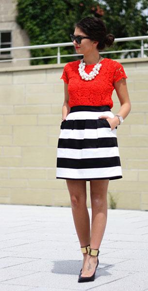 เสื้อลูกไม้สีแดง Zara, กระโปรงลายขวางขาวดำ Hallhuber, รองเท้า Guess, สร้อยคอ Zara, แว่นตากันแดด Ray Ban