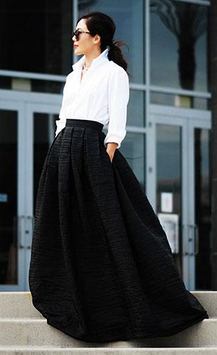 เสื้อเชิ้ตสีขาว Costco, กระโปรงสีดำ Vivian Chan, แว่นตากันแดด Karen Walker