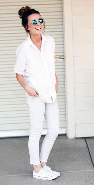 เสื้อเชิ้ตสีขาว Forever 21, กางเกงยีนส์สีขาว H&M, รองเท้า Converse, แว่นตากันแดด H&M