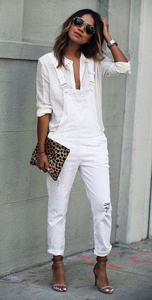 เสื้อเชิ้ตสีขาว Paige Denim, ชุดเอี๊ยมยีนส์สีขาว Paige Denim, รองเท้าส้นสูง Isabel Marant, คลัทช์ลายเสือดาว Clare Vivier