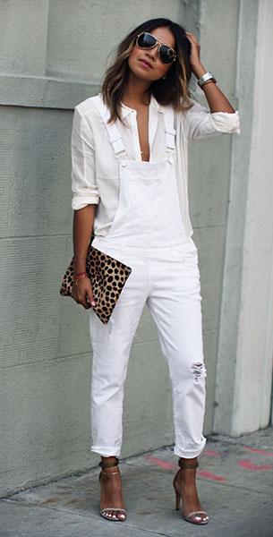 เสื้อเชิ้ตสีขาว Paige Denim, เสื้อเอี๊ยมยีนส์สีขาว Paige Denim, รองเท้าส้นสูง Isabel Marant, คลัทช์ลายเสือดาว Clare Vivier