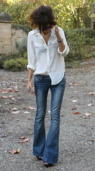 เสื้อเชิ้ตสีขาว Topshop, กางเกงยีนส์ขาบาน Kasil Workshop, รองเท้า Kurt Geiger