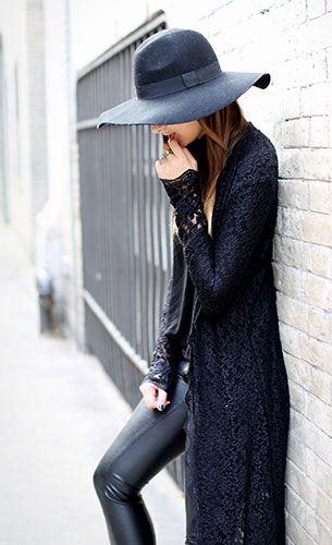 แฟชั่นชุดดำ เสื้อ Tildon, เสื้อคลุมกิโมโนลายลูกไม้่สีดำ Arnhem, กางเกงหนัง BlankNYC, รองเท้า Prada