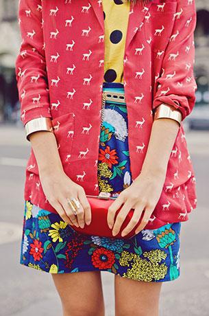 กระโปรงลายปริ้นท์ดอกไม้ สีน้ำเงิน French Connection, เสื้อสีเหลืองลายจุดดำ Gorman, เสื้อคลุมสีแดง Asos