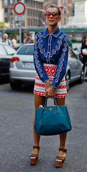 กระโปรงลายปริ้นท์สีขาวลายชมพู, เสื้อเชิ้ตสีน้ำเงินลายเส้นสีขาว