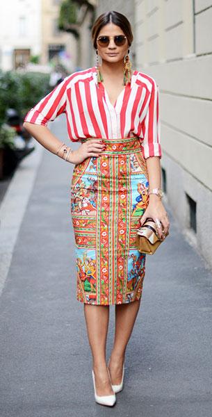 กระโปรงลายปริ้นท์ Dolce & Gabbana, เสื้อเชิ้ตลายตั้ง สีขาวแดง Mixed, รองเท้า Luiza Barcelos, กระเป๋า Paula Cademartori
