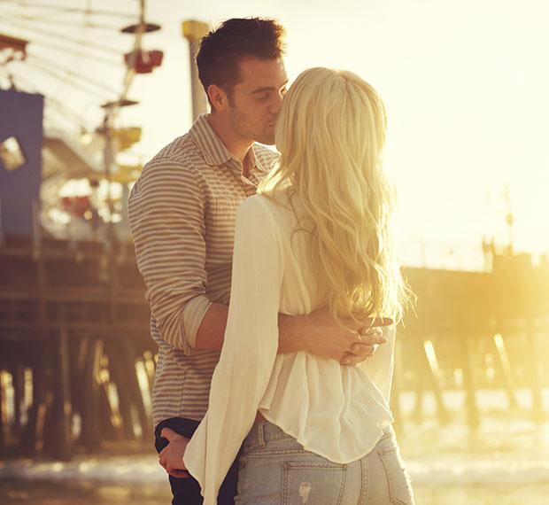 คู่รักที่มีความสุข โอบกอดด้วยความรัก จูบกัน บอกรัก