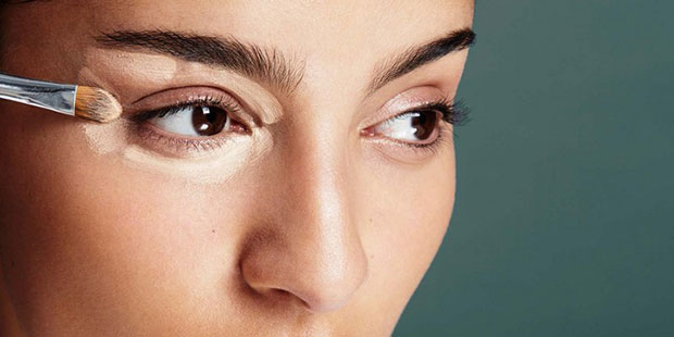 เคล็ดลับความงามง่ายๆ ใช้คอนซีลเลอร์สีอ่อนทา หัวตา กลางเปลือกตาบน หางคิ้ว
