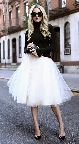 เสื้อคอเต่าสีดำ Calypso, กระโปรงสีขาว Anthropologie, รองเท้า Christian Louboutin, แว่นตากันแดด Karen Walker