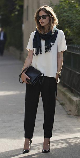 เสื้อยืดสีขาว Zara, กางเกงสีดำ Zara, รองเท้า Zara, ผ้าพันคอสีดำ, กระเป๋า Céline, นาฬิกา Michael Kors