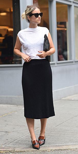 เสื้อยืดแขนกุดสีขาว H&M, กระโปรงจีบสีดำ Zara, รองเท้า Celine, กระเป๋าคลัทช์ Givenchy, แว่นตากันแดด Celine