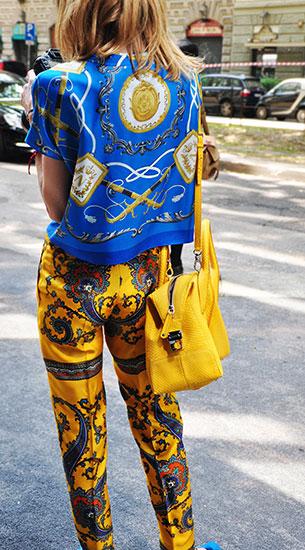 เสื้อลายปริ้นท์สีน้ำเงิน, กางเกงลายปริ้นท์สีเหลือง