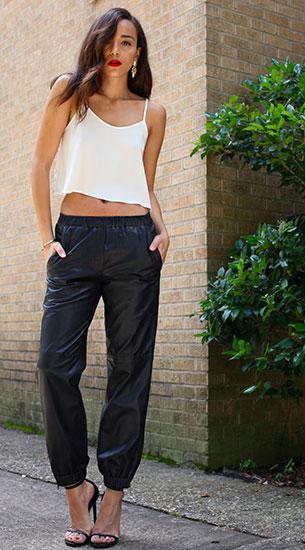 เสื้อสายเดี่ยวสีขาว TIBI, กางเกงหนังสีดำ Topshop, รองเท้า Saint Laurent