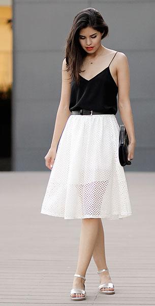 เสื้อสายเดี่ยวสีดำ CAMI NYC, กระโปรงลายฉลุสีขาว Sheinside, รองเท้า Chicwish, กระเป๋าคลัทช์ 3.1 Phillip Lim