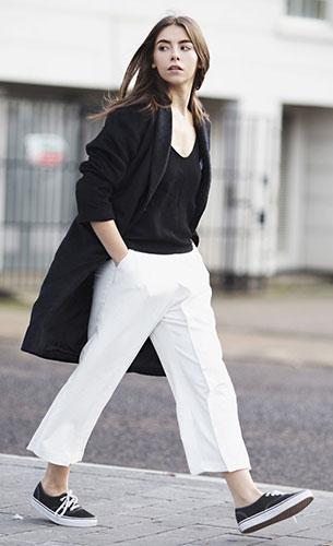 เสื้อสีดำ H&M, เสื้อโค้ทสีดำ W Concept, กางเกงสีขาว Lavish Alice, รองเท้า Vans