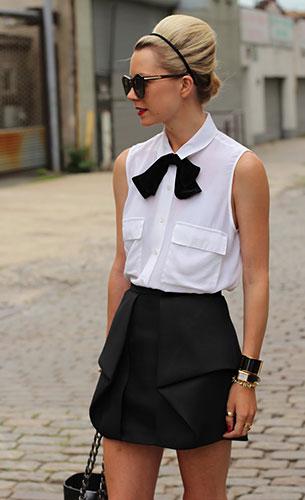 เสื้อแขนกุดสีขาว Equipment, โบว์ดำ Asos, กระโปรงสีดำ Tibi, รองเท้า Stuart Weitzman, กระเป๋า Chanel
