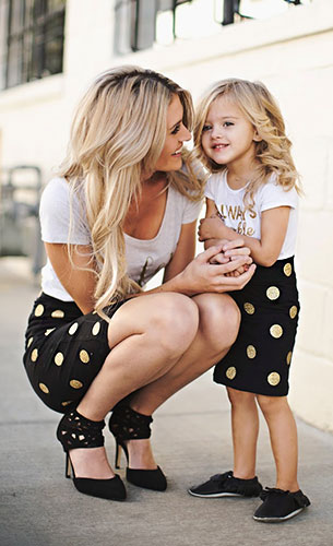 กระโปรงลายจุด Inspired By Tess สีดำจุดสีทอง, เสื้อยืดสีขาวสกรีนทอง Groopdealz, รองเท้า GoJane