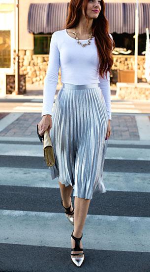 กระโปรง Midi จีบสีเงิน Asos, เสื้อแขนยาวสีขาว ModBod, รองเท้าส้นสูง French Connection, กระเป๋าคลัทช์ H&M