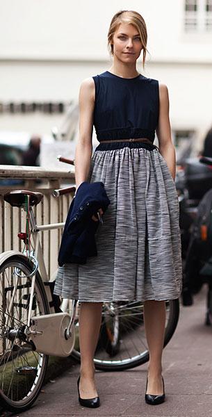 กระโปรง Midi ลายขาวดำเทา, เสื้อแขนกุดสีดำ, เสื้อคลุมสีน้ำเงิน