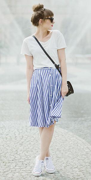 กระโปรง Midi ลายตั้งสีขาวน้ำเงิน Romwe, เสื้อยืดสีขาว Sinsay, รองเท้า Converse, กระเป๋า La redoute