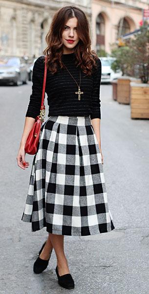 กระโปรง Midi ลายสก็อตสีขาวดำ BSL, เสื้อแขนยาวสีดำ Costume National, รองเท้า Emporio Armani, กระเป๋า Vintage