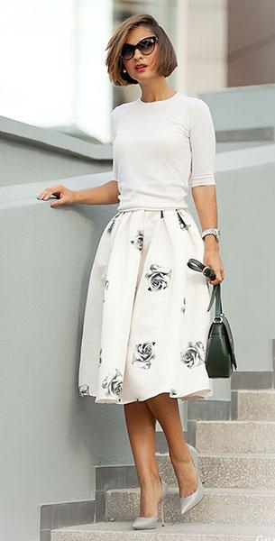 กระโปรง Midi สีขาวลายดอกกุหลาบสีดำ Choies, เสื้อสีขาว Dolce & Gabbana, รองเท้า Casadei, กระเป๋า Tosca Blu