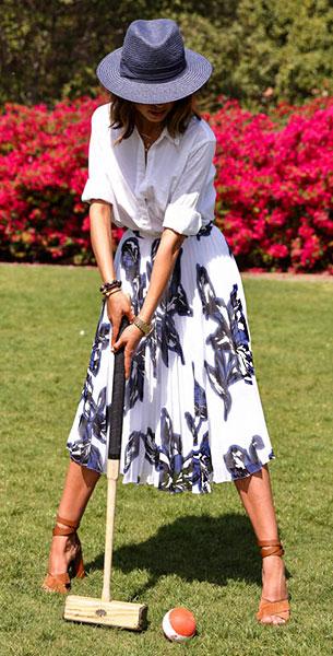 กระโปรง Midi สีขาวลายดอกไม้สีดำ Banana Republic, เสื้อเชิ้ตสีขาว Banana Republic, รองเท้า Gucci, กระเป๋า Chloe