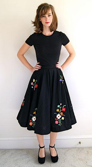 กระโปรง Midi สีดำลายดอกไม้ New Old Fashion Vintage, เสื้อยืดสีดำ