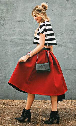 กระโปรง Midi สีแดง Asos, เสื้อครอปลายขวางขาวดำ Maje, รองเท้าบู๊ท Tibi, กระเป๋า Chanel
