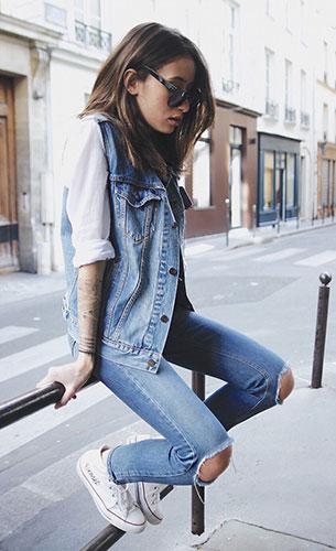 กางเกงยีนส์ขาดๆ Asos, เสื้อกั๊กยีนส์ Levi's, เสื้อสีขาว Missguided, รองเท้า Converse
