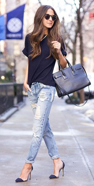 กางเกงยีนส์ขาดๆ Black Orchid Denim, สเว็ตเตอร์ สีน้ำเงิน Iris & Ink, รองเท้า Gianvito Rossi, กระเป๋า Saint Laurent