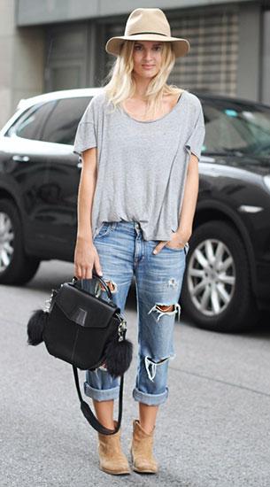กางเกงยีนส์ขาดๆ Current Elliott, เสื้อสีเทา Margaux Lonnberg, รองเท้าบู๊ท Akira, กระเป๋า Alexander Wang
