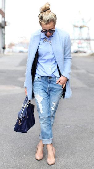 กางเกงยีนส์ขาดๆ J. Crew, เสื้อโค้ทสีฟ้า Zara, เสื้อเชิ้ตสีฟ้า Vineyard Vines, รองเท้า DVF, กระเป๋า Ora Delphine