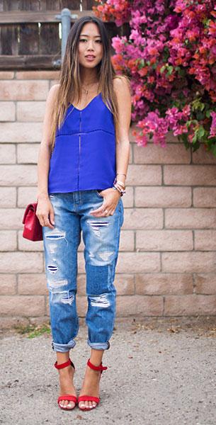 กางเกงยีนส์ขาดๆ Joe's Jeans, เสื้อสายเดี่ยวสีน้ำเงิน Parker Kristen, รองเท้า Celine, กระเป๋า Chanel
