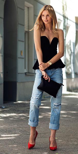 กางเกงยีนส์ขาดๆ Ksubi,เสื้อเกาะอกสีดำ Asos, รองเท้าส้นสูง Celine, กระเป๋าคลัทช์ Clare Vivier